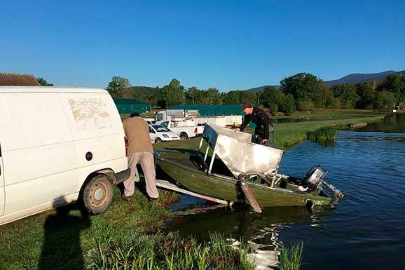 bateau de nourrissage du poisson en étang