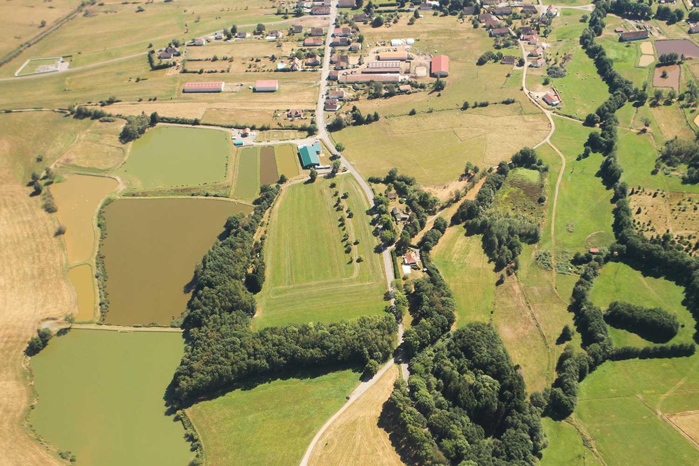 Vue aérienne panoramique de la Pisciculture Beaume